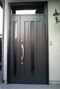 玄関交換で最新の施錠システムもプラス ! 古くなった木製ドアを玄関リフォーム