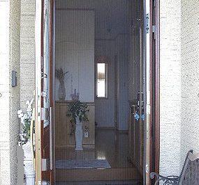 玄関網戸を取り付けることで得られるメリットとは ?