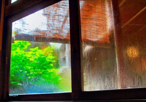 梅雨はジメジメ湿気の季節 梅雨時も窓の結露をなくしたい !