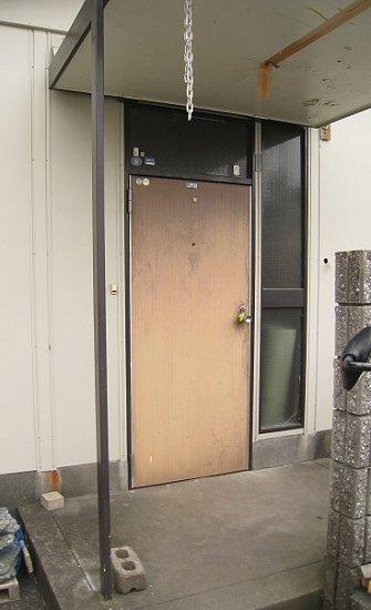 ハウスメーカー製で独自のサイズを持つ古くなってしまった玄関ドア