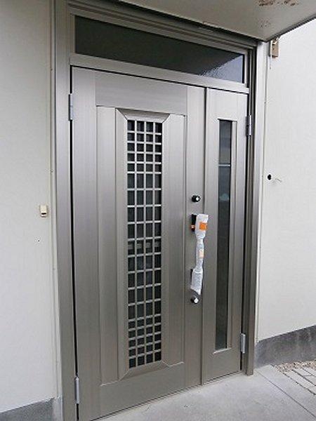 最新の施錠システムも備えた玄関ドア