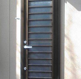 西日があたる勝手口 上げ下げ窓へリフォームで暑さも匂いもしっかり解決 !