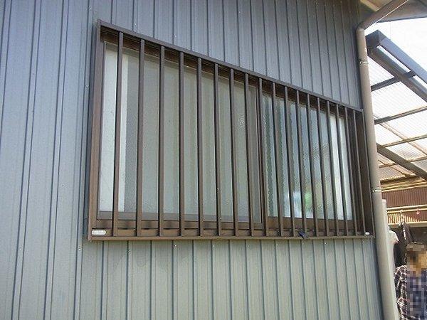 面格子をつけた窓。しかし、夜間は中が丸見え…【浜松】