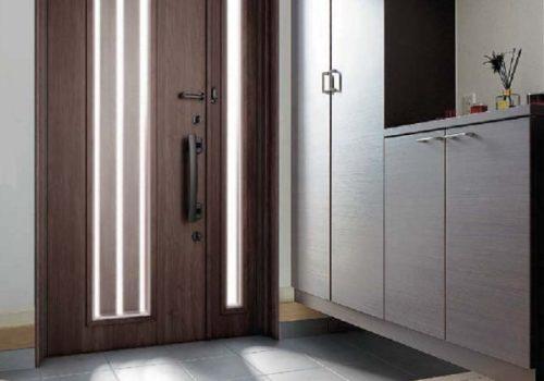 暗い玄関を何とかしたい … 採光できる玄関ドアリフォームが人気です !