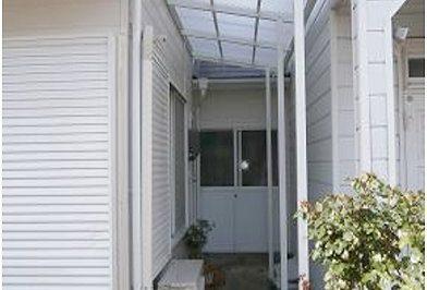 テラス屋根を付けて収納スペースに ! 二世帯住宅の限られたスペースを活用