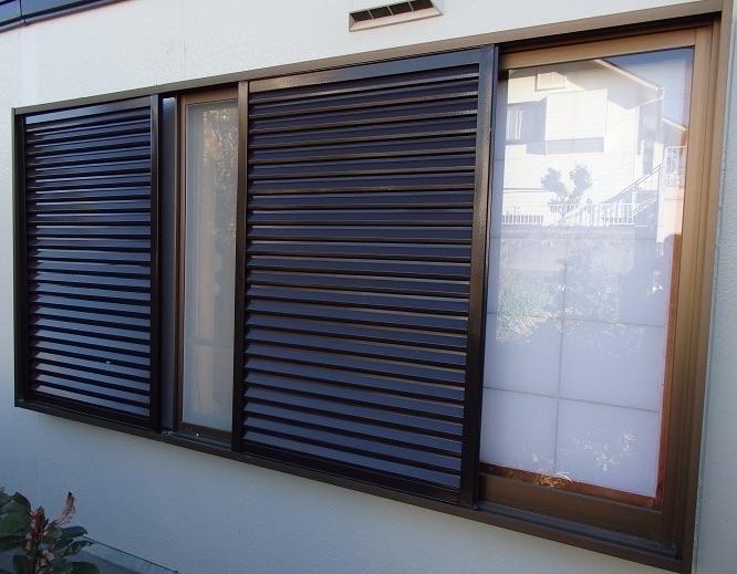 窓の日除け・通風も自在に ! エコ雨戸へお取替え【雨戸取替リフォーム事例】