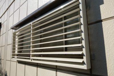 窓に可動ルーバー 防犯対策にプライバシー対策もプラス