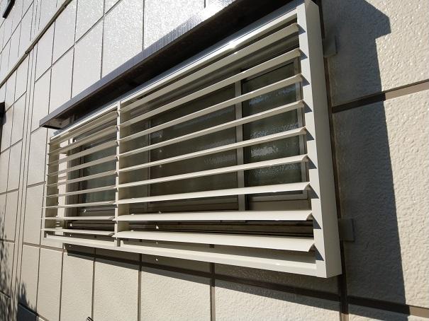 窓に可動ルーバー