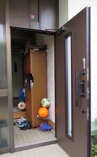 玄関網戸取付前の玄関