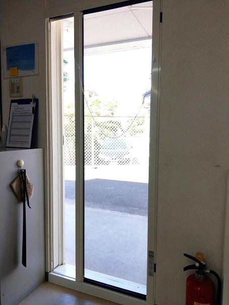 事務所ドアに網戸取付け【後】