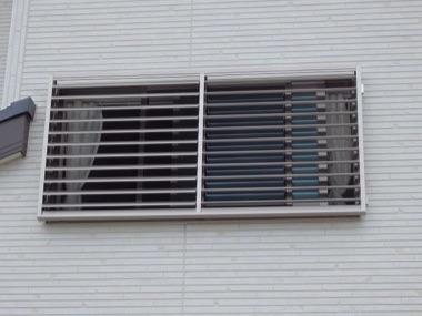 LIXIL可動ルーバー取り付け後の窓