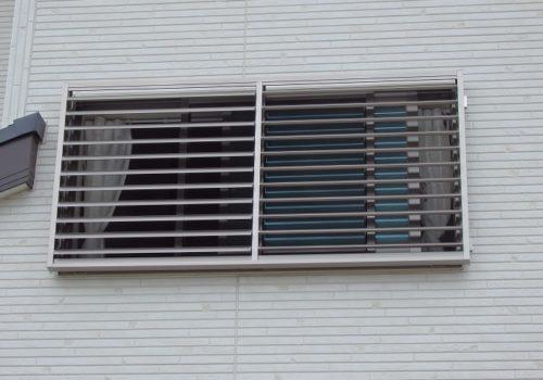 雨戸がつけられない窓には可動ルーバーで対策を !