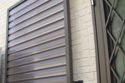 お家の裏側の窓に目隠し 多機能ルーバーで防犯対策