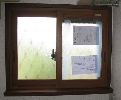 トイレの窓へ内窓取り付け
