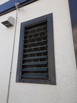 隙間風が気になるルーバー窓を上げ下げ窓に交換