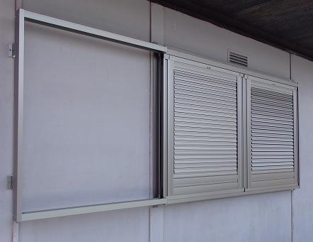 2階の窓にエコ雨戸の取り付け