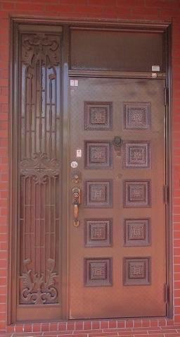 玄関ドアを新しく交換して、玄関をより明るく