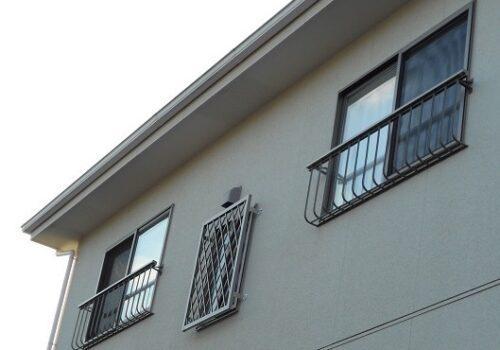 2階の窓に手すりと面格子で安全対策