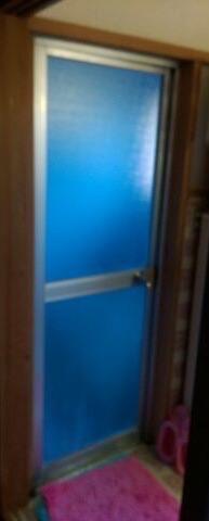 浴室ドアを交換して開閉の不具合を解消