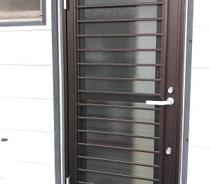 採風機能、防犯性能に配慮した勝手口ドアへ1日でリフォーム