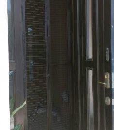玄関ドアに格子タイプの中折網戸の取り付けリフォーム