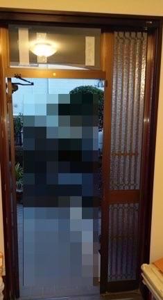 玄関ドアに網戸を取付けて夏の湿気対策