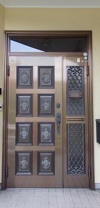 元々の欄間部分を活かして高さのある玄関ドアへリフォーム