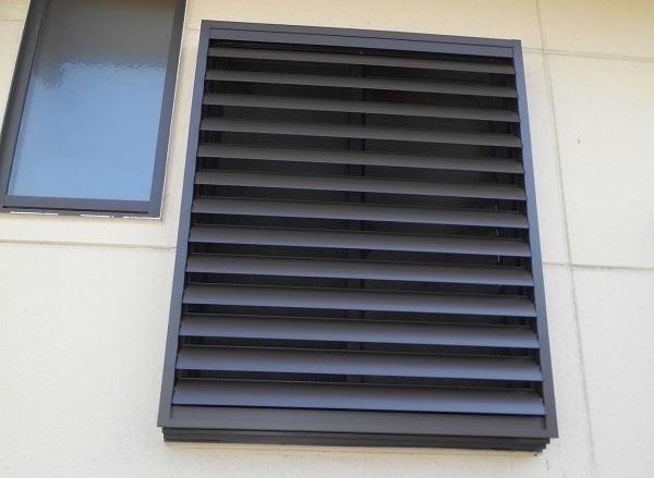 洗面所の窓に目隠し可動ルーバーの取付け