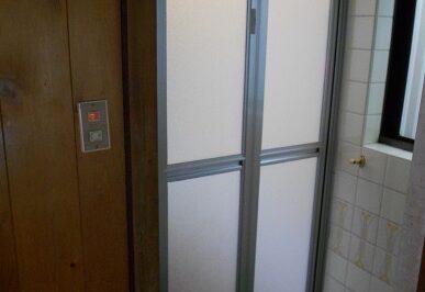 開閉しづらくなった浴室ドアを新しく交換